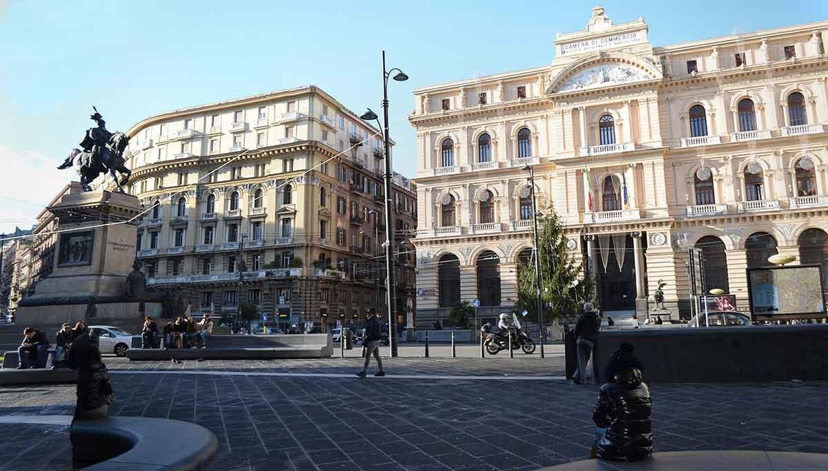 Le strade di Napoli: Piazza Borsa