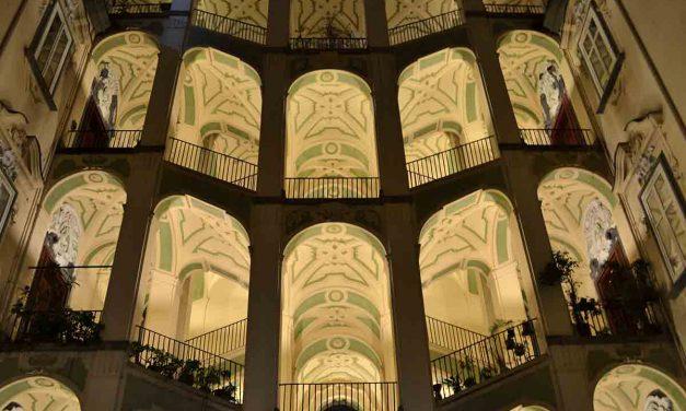 Passeggiata tra antichi palazzi di Napoli