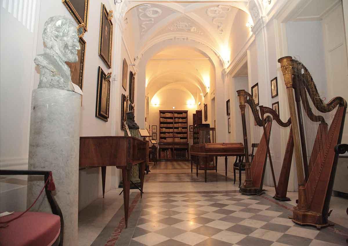 Conservatorio San Pietro a Maiello - Museodegli strumenti musicali