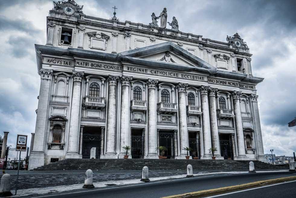 Napoli Basilica dell'Incoronata Madre del Buon Consiglio Altare
