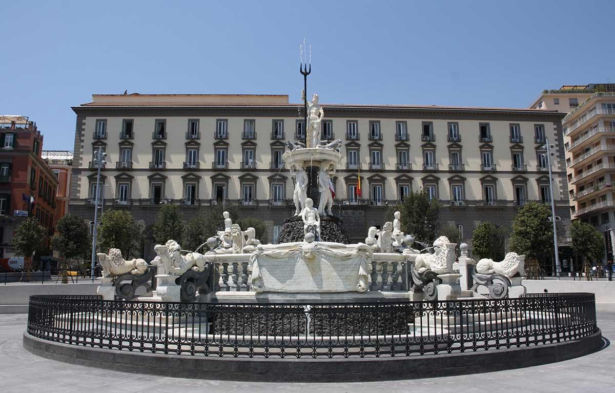 Palazzo San Giacomo Napoli fontana del Tritone