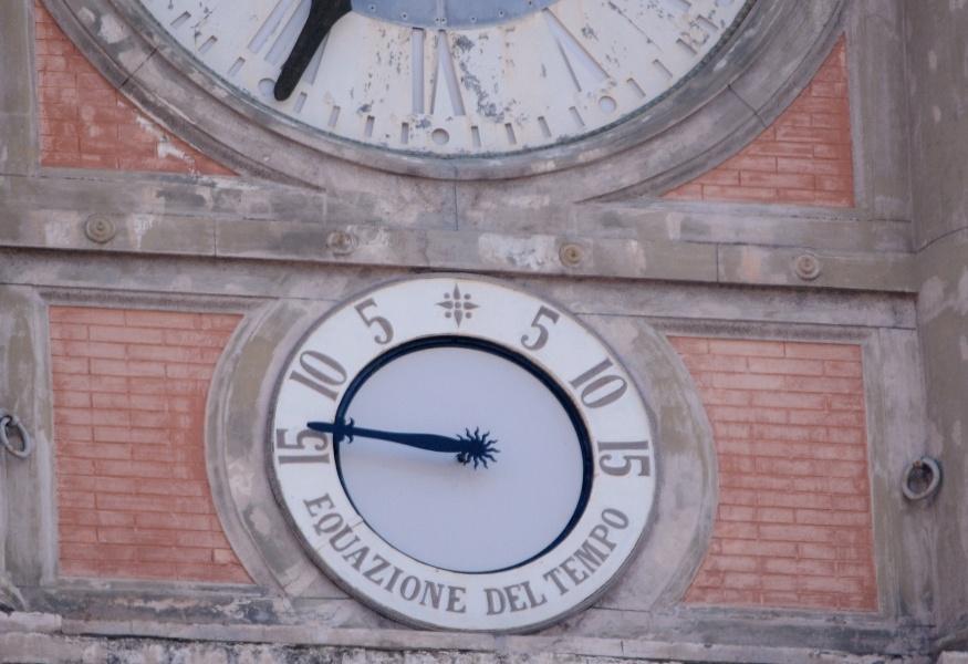 L'orologio astronomico di Piazza Dante segna l'ora esatta
