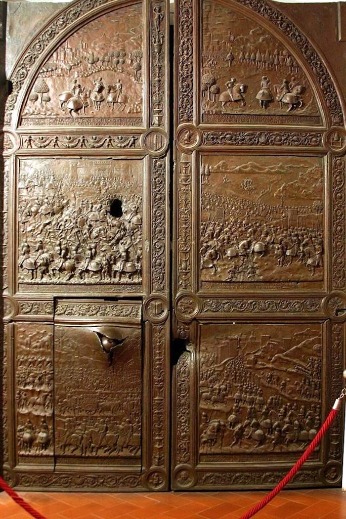 Porta di bronzo Castel Nuovo