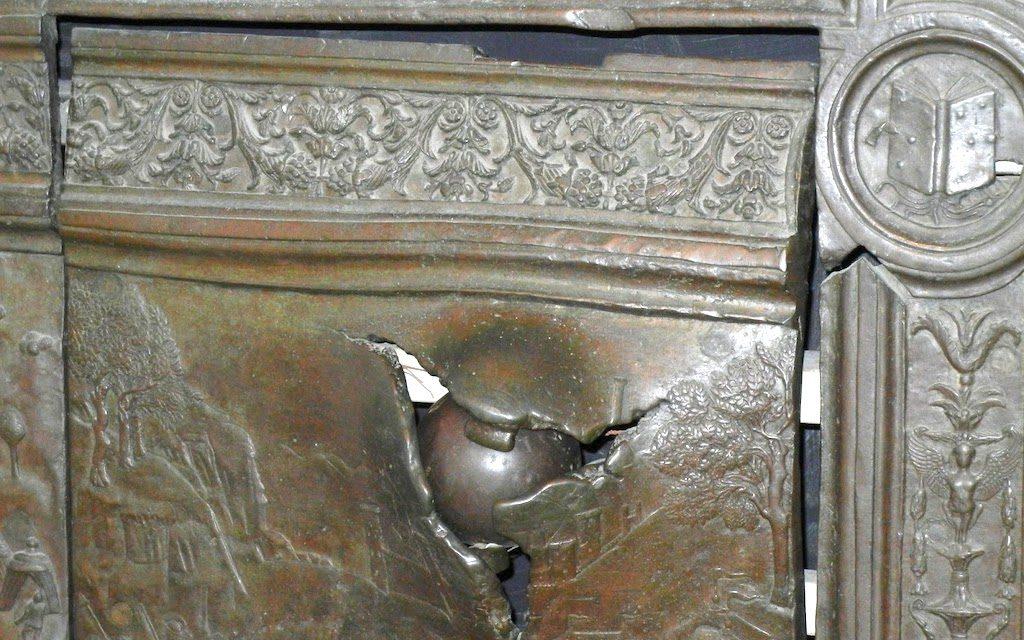 Porta di bronzo del Maschio Angioino e il mistero sul colpo di cannone