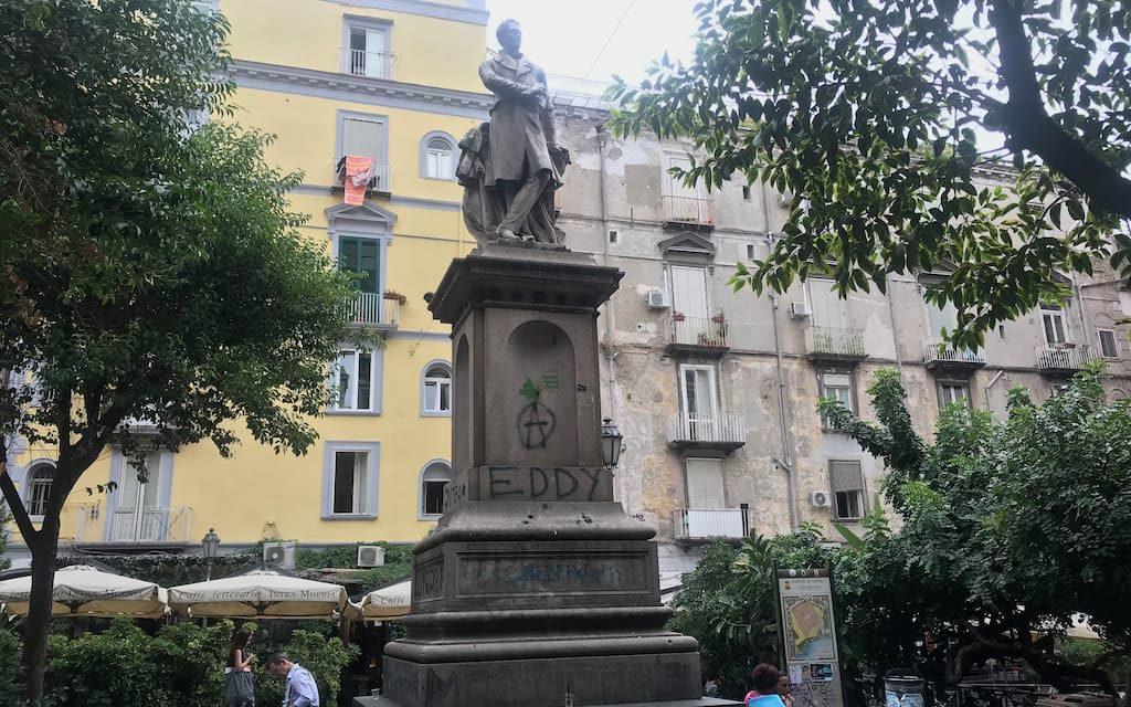 Piazza Bellini e le mura greche di Neapolis