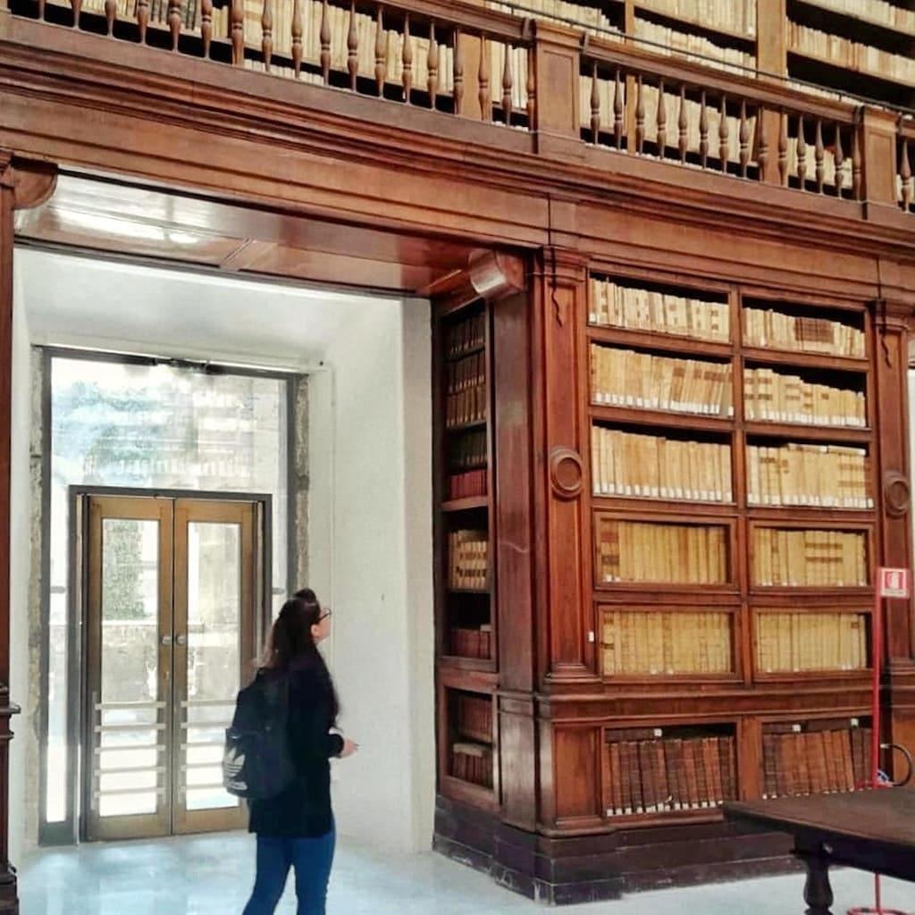 Seguito dell'espulsione dei Gesuiti dal Regno, tra il 1767 e il 1804, Ferdinando IV di Borbone vara un piano di riforma per le scuole di Stato; è cosi che la Regia Università degli Studi e la sua Biblioteca vengono trasferite presso l'ex Collegio Massimo.