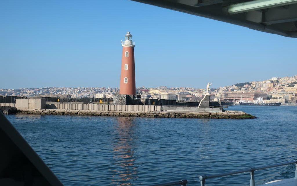 Molo San Vincenzo e la Lanterna del porto di Napoli